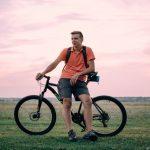 homem-bicicleta-campo-atividade-fisica-melhora-vida-sexual-uro-clinic